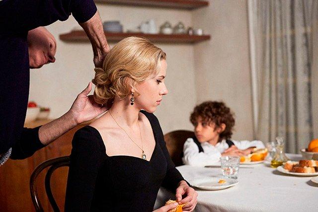 640x427xScarlett-Johansson-Dolce-Gabbana-Behind-Scenes.jpg.pagespeed.ic.DFudhWmC48