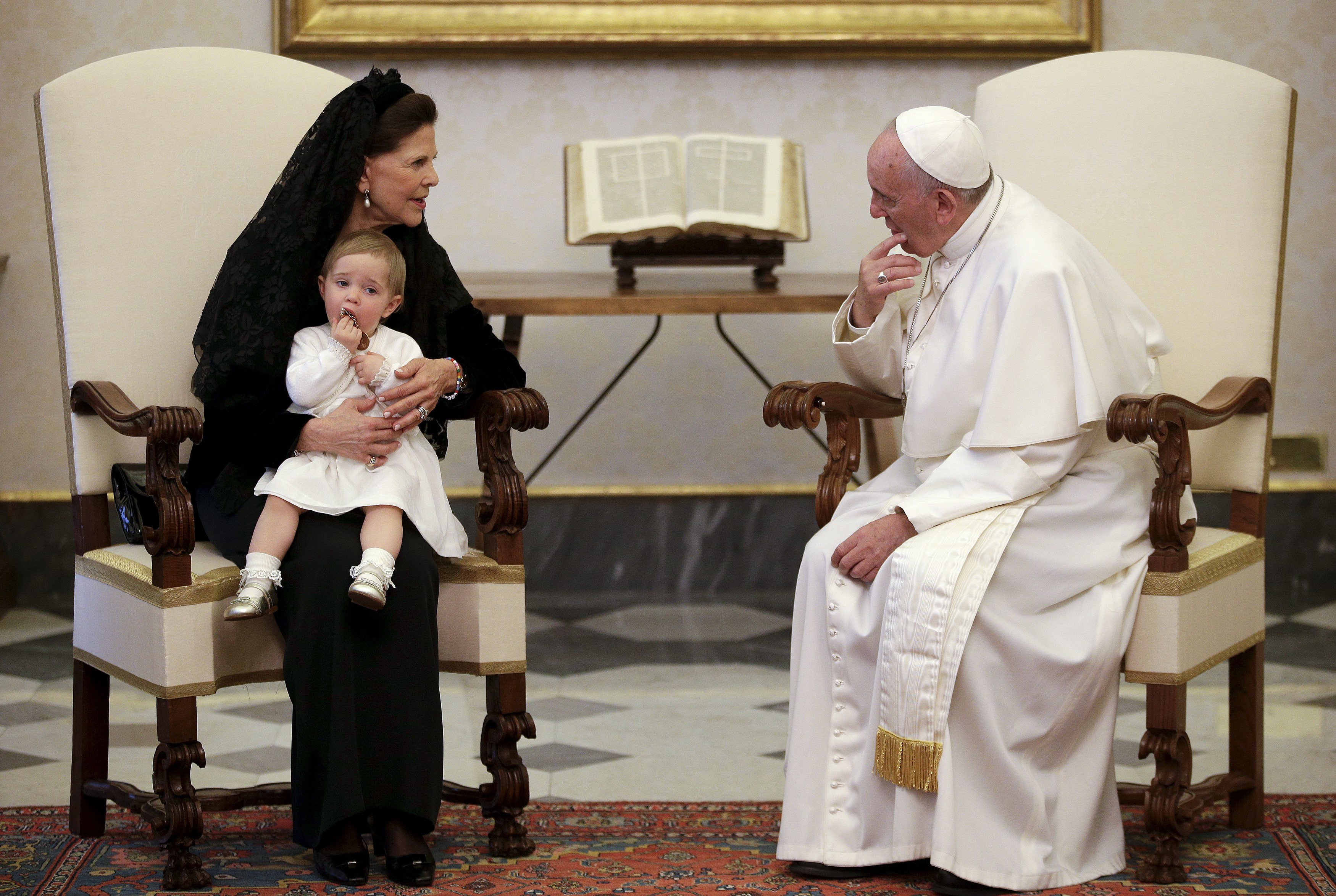 Королева Швеции Сильвия с дочерью принцессой Мадлено на аудиенции Папы Франциска в апреле 2015 года / REUTERS