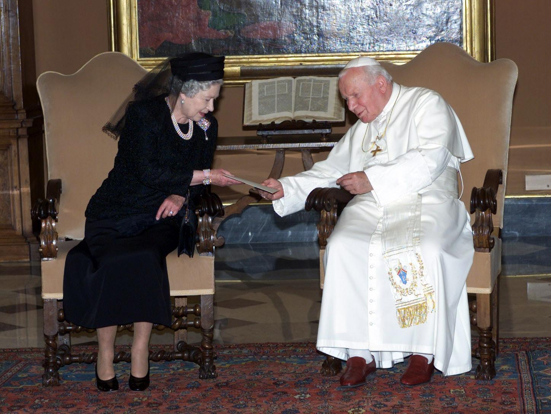 Елизавета ІІ на аудиенции у Иоанна Павла / POOL PRESS ASSOCIATION Photo