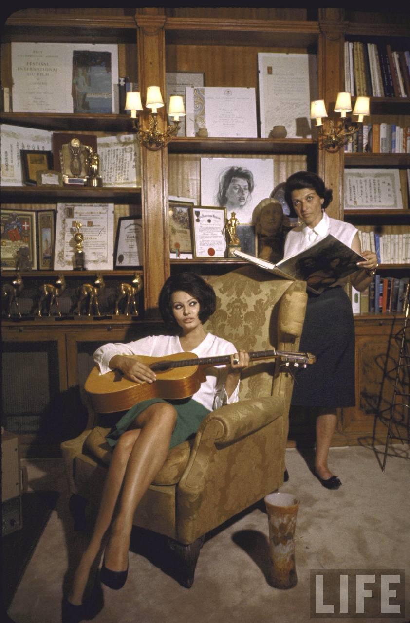 Молодая Софи Лорен играет на гитаре