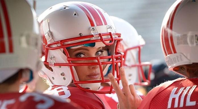 ангелы Victoria's Secret играют в футбол