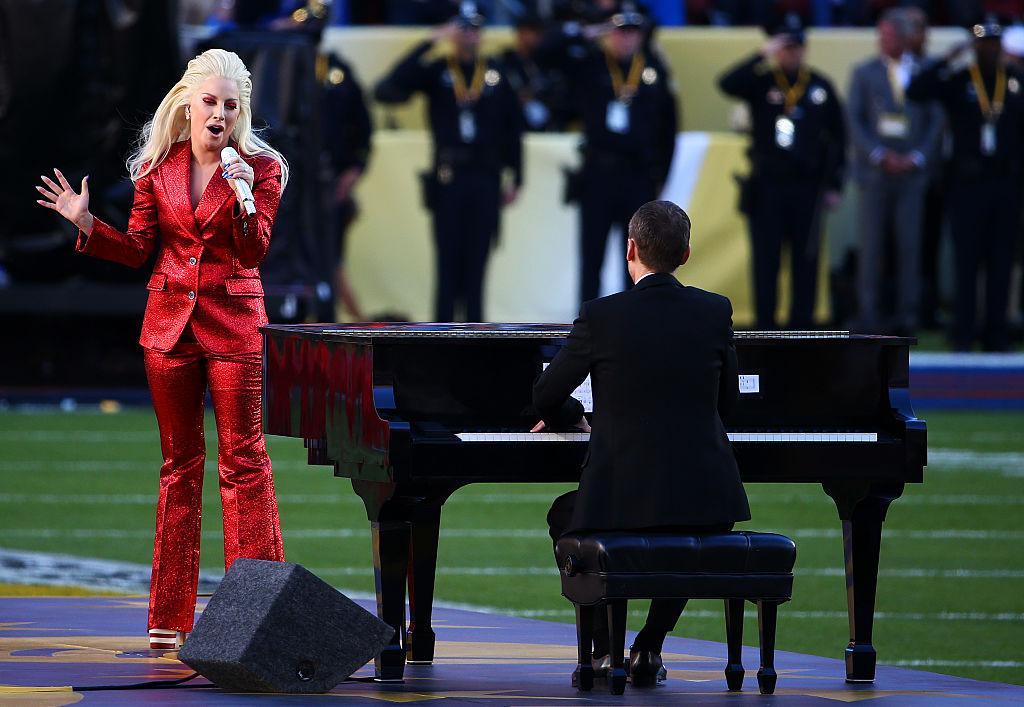 Леди Гага спела гимн США на Супер Боул 2016