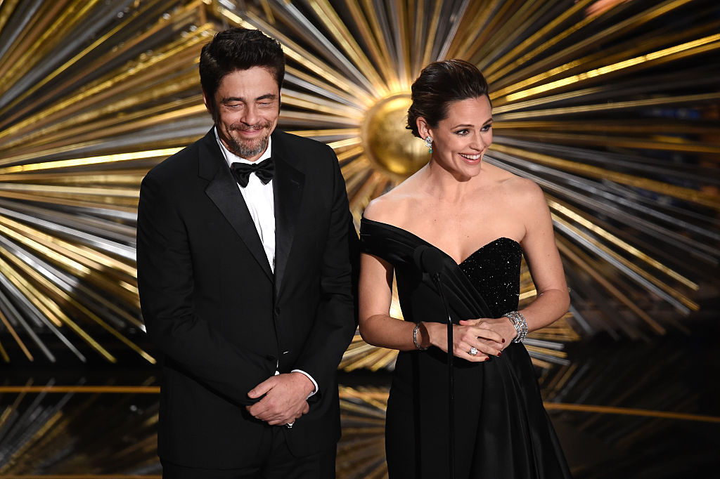 HOLLYWOOD, CA - FEBRUARY 28: Actors Benicio del Toro (L) and Jennifer Garner speak onstage during the 88th Annual Academy Awards at the Dolby Theatre on February 28, 2016 in Hollywood, California. (Photo by Kevin Winter/Getty Images)