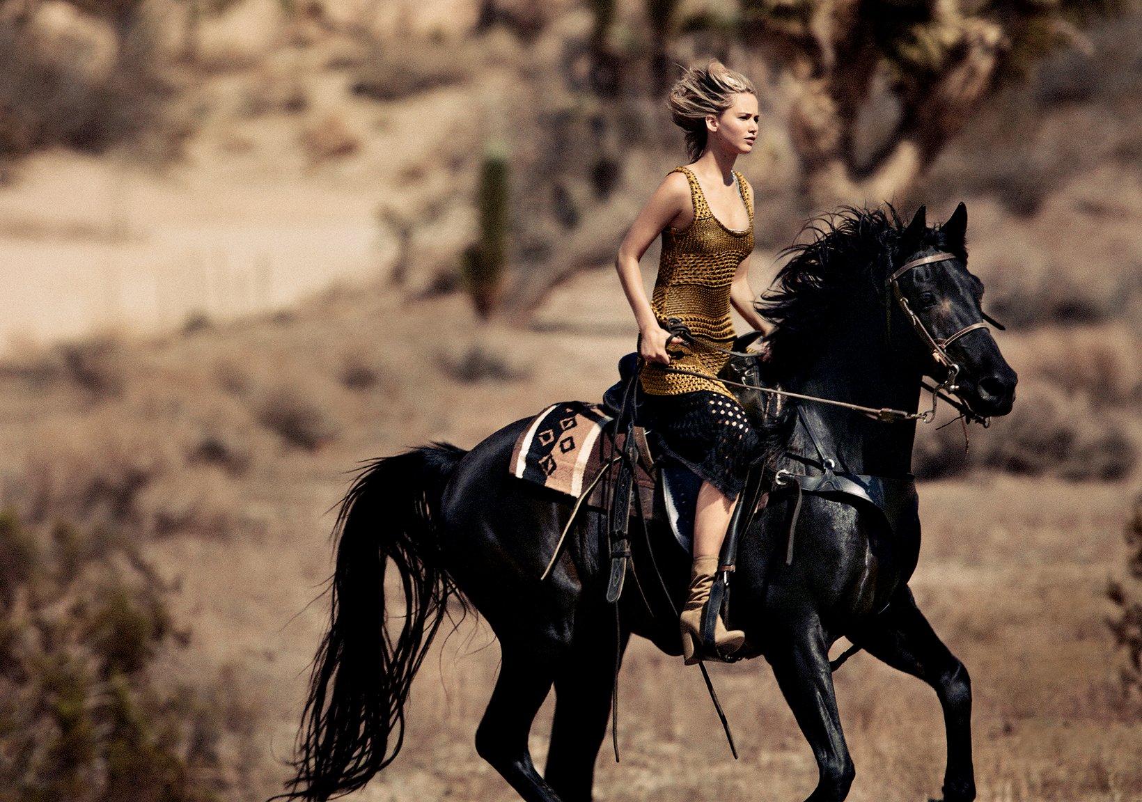 Дженнифер Лоуренс на коне