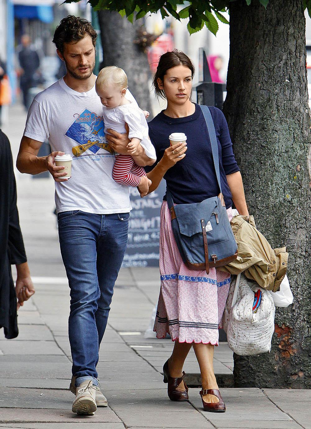 Джейми Дорнан с женой Амелией Уорнер и дочкой Далси, август 2014 г.