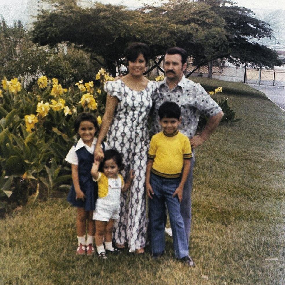 Эктор Хименес-Браво с мамой, отцом, братом и сестрой, 1975