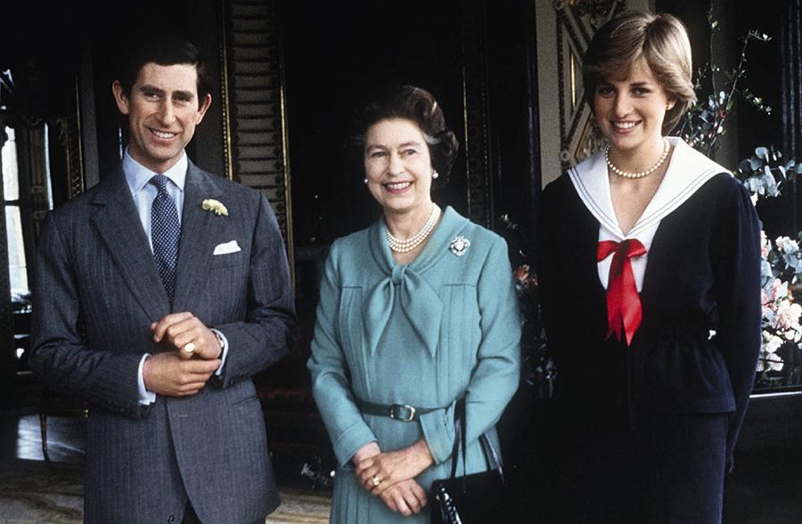 Леди Диана и принц Чарльз с королевой Елизаветой II