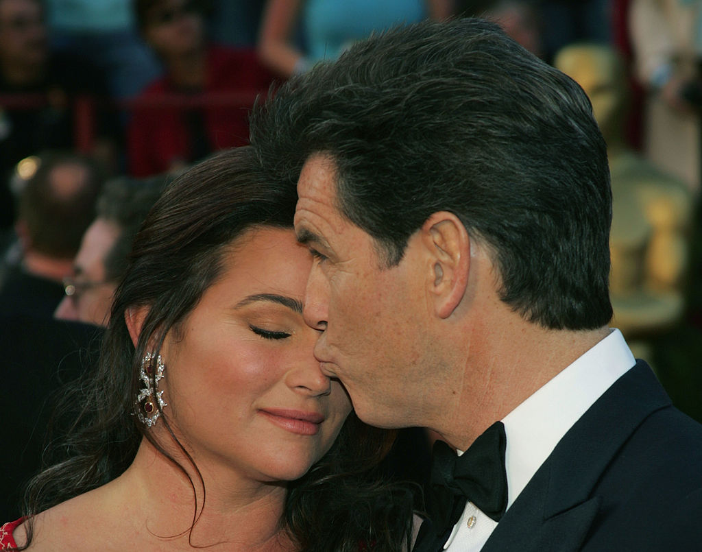 Пирс Броснан с женой Кили Шэй Смит на церемонии Оскар в 2005 году