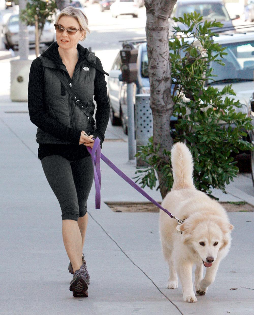 Собаки, лучшие друзья Рене, не раз спасали ее от тоски и одиночества. 2011 г.