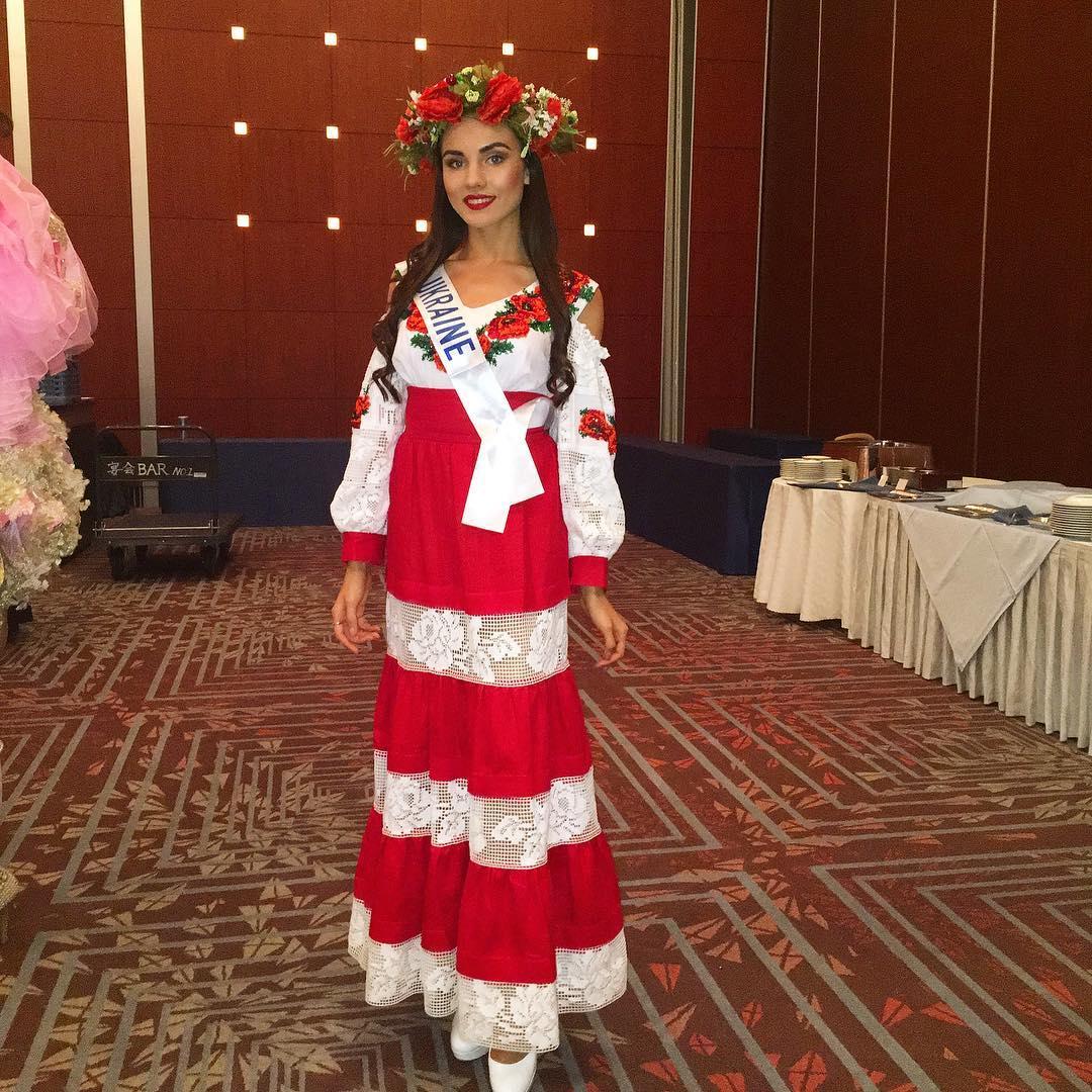 Мисс Украина в национальном костюме