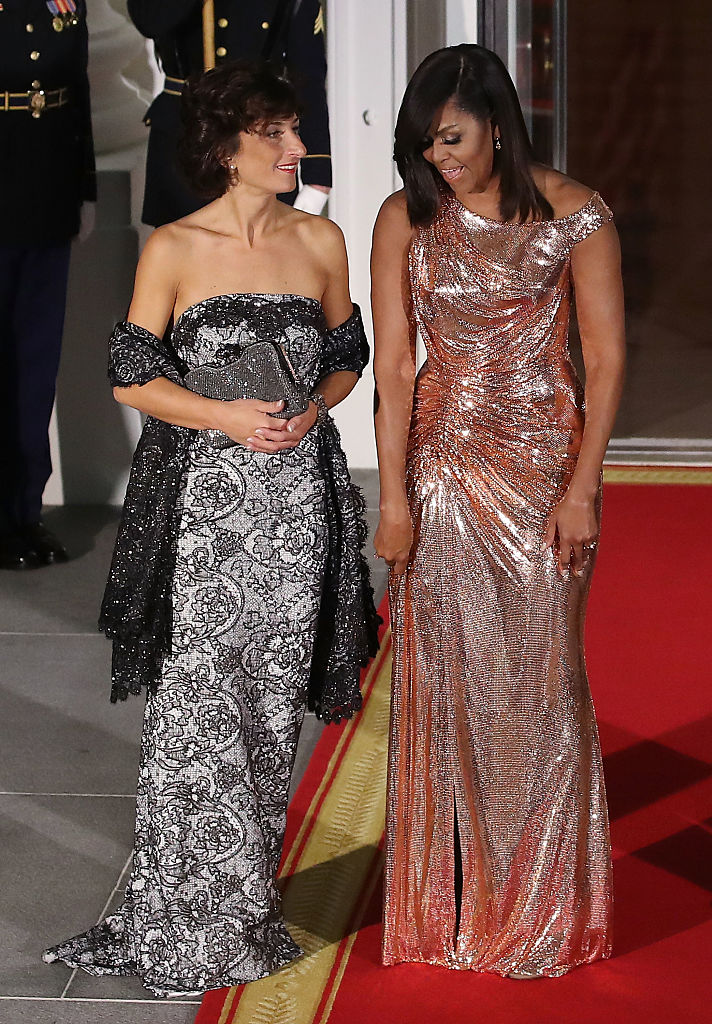 WASHINGTON, DC - OCTOBER 18: First lady Michelle Obama (R) welcomes Mrs. Agnese Landini, wife of Italian Prime Minister Matteo Renzi, upon their arrival for a state dinner at the White House, October 18, 2016 in Washington, DC. President Obama is hosting the last state visit of his presidency. (Photo by Mark Wilson/Getty Images)