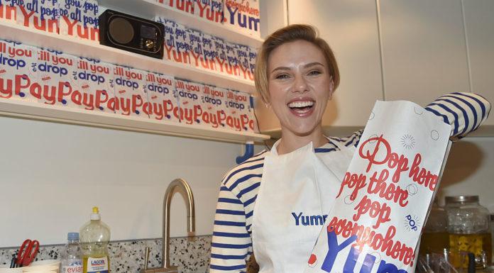 Скарлетт Йоханссон пролдает попкорн в Париже