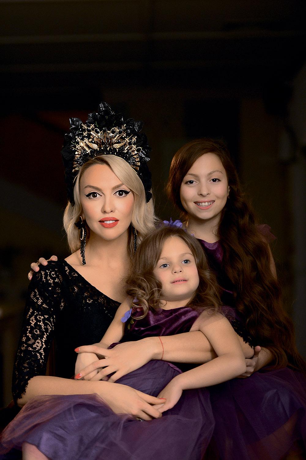 Оля Полякова с дочками Машей и Алисой