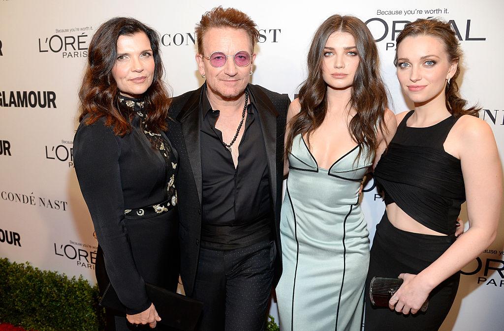 Боно с женой и дочерьми
