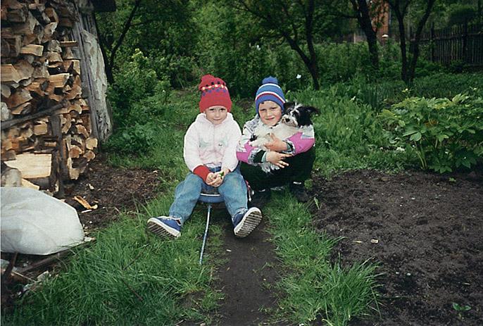 Аня с сыном папиного одноклассника, Вячеславом Булгаковым, в Нежине, 1999 г.