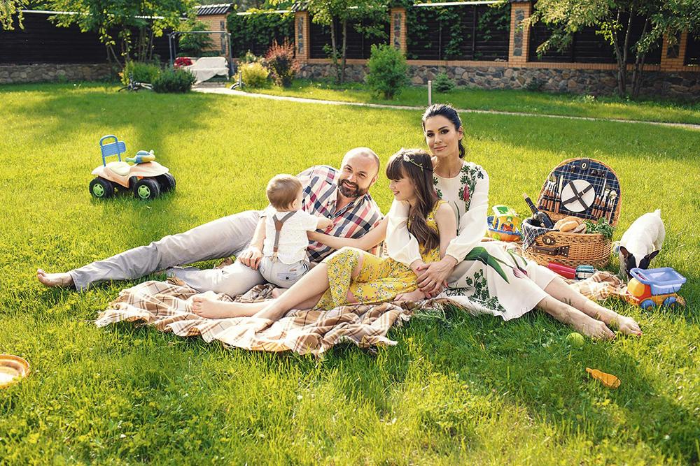 На первом месте всегда семья». С мужем и детьми, Киев, 2015 г.