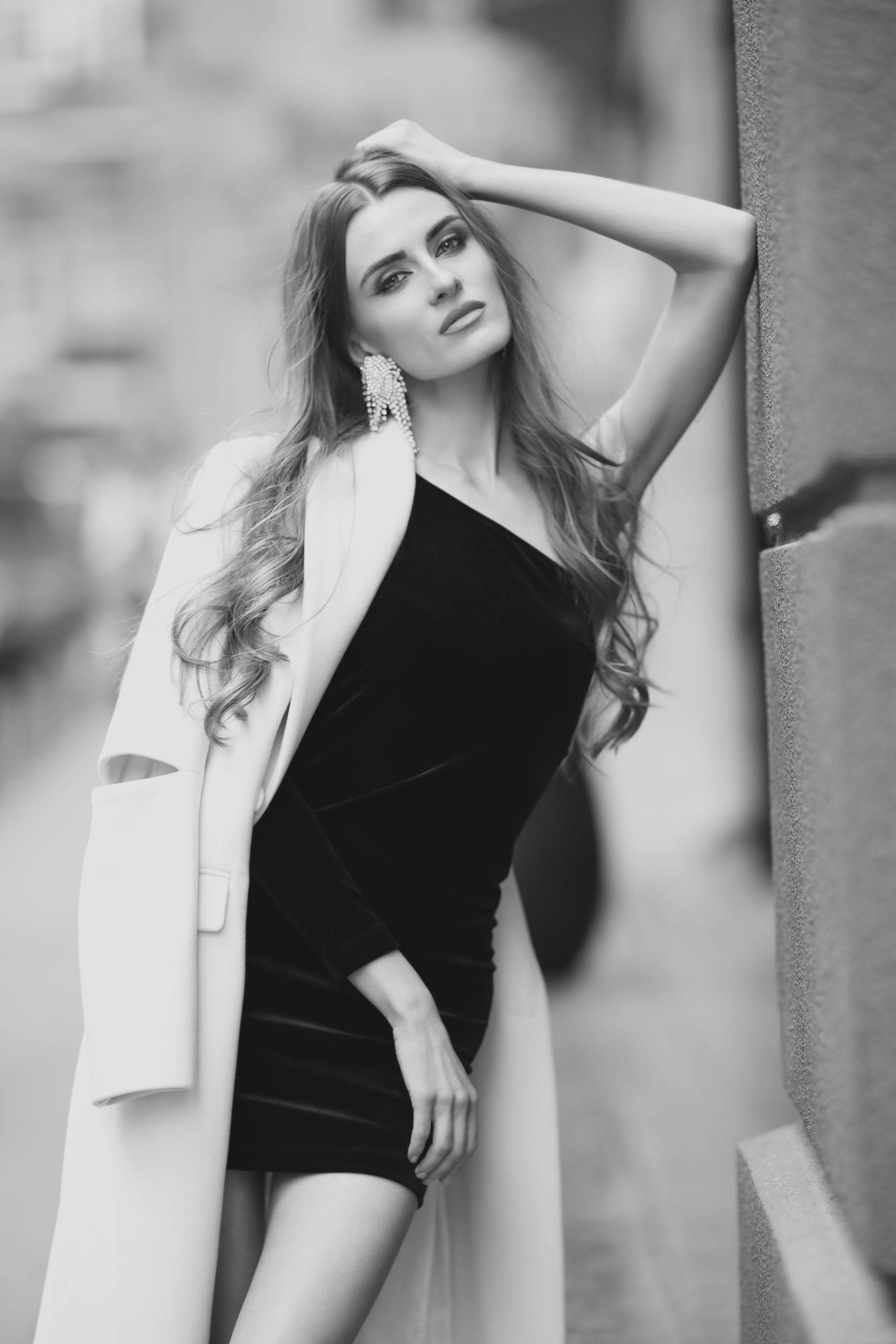 модель Алена Сависько Alyona Savisko тренды сезона осень-зима 2020-2021 капсульный гардероб маленькое черное платье на одно плечо пальто тренч