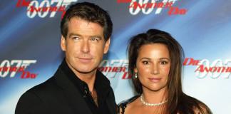 """Пирс Броснан с женой Кили Шэй Смит на премьере """"Умри, но не сегодня"""" в 2002 году"""