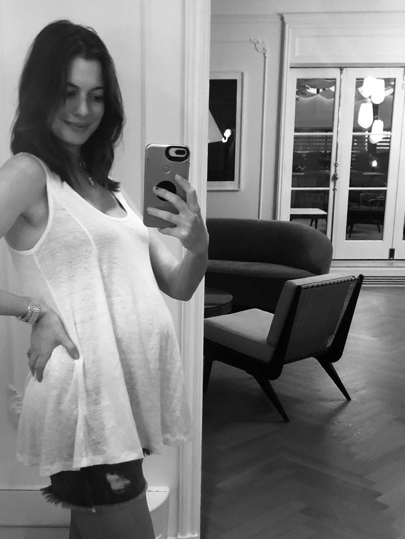 Энн Хэтэуэй беременна второй раз