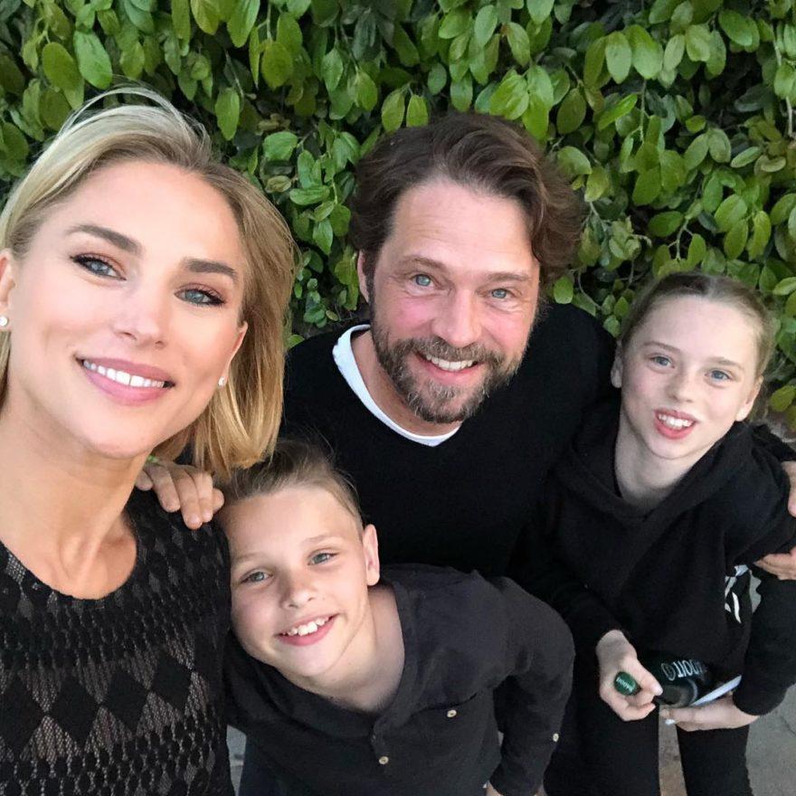 Джейсон Пристли с женой и детьми
