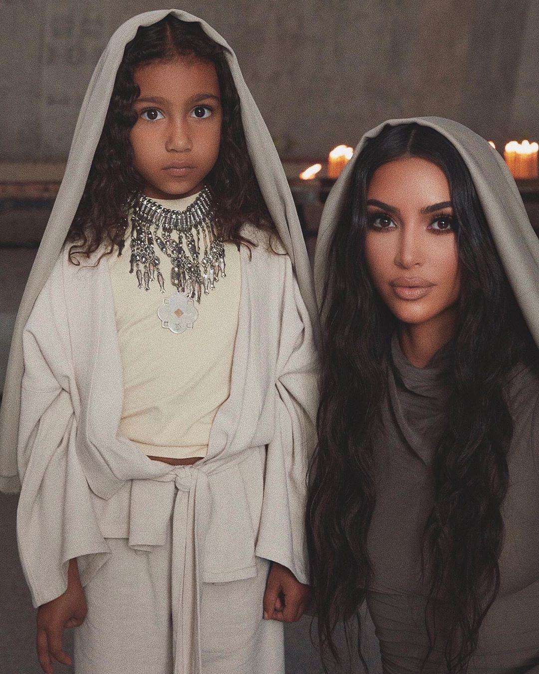Ким Кардашян крестит детей
