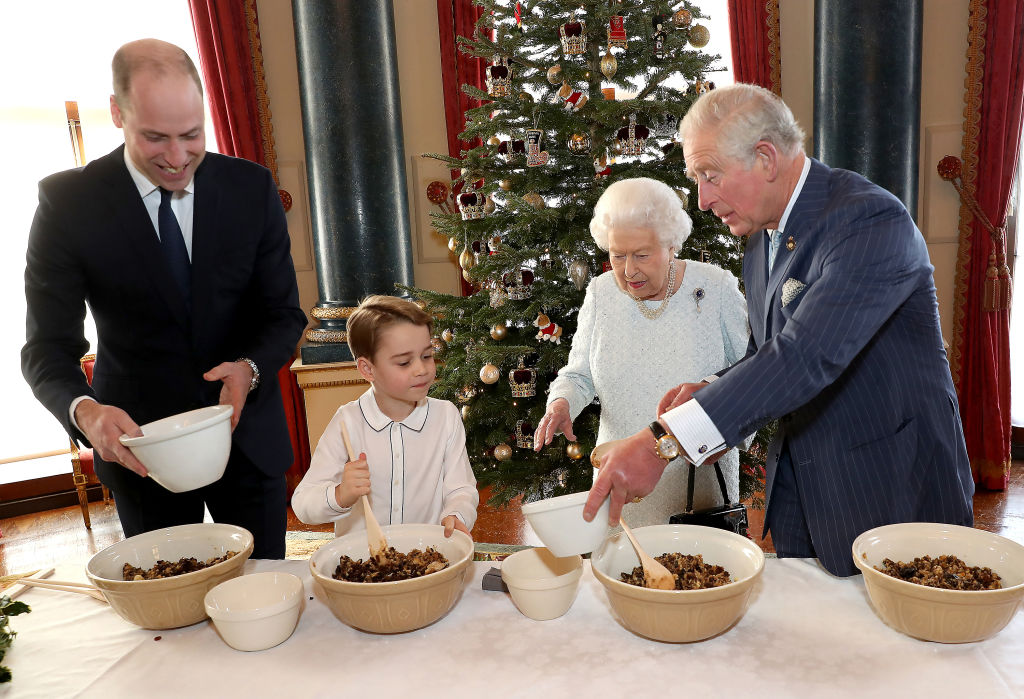 Принц Джордж готовит пудинг на Рождество