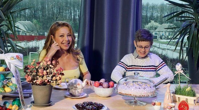 Тина Кароль с сыном дома