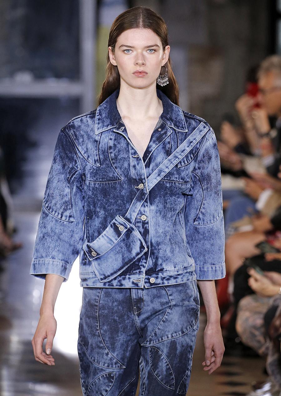 модная короткая джинсовая куртка варенка