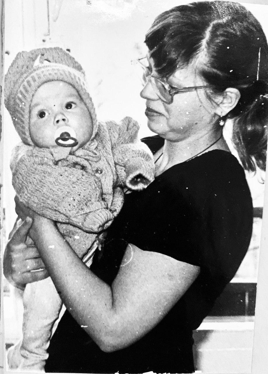 Катерина Кухар с мамой в детстве