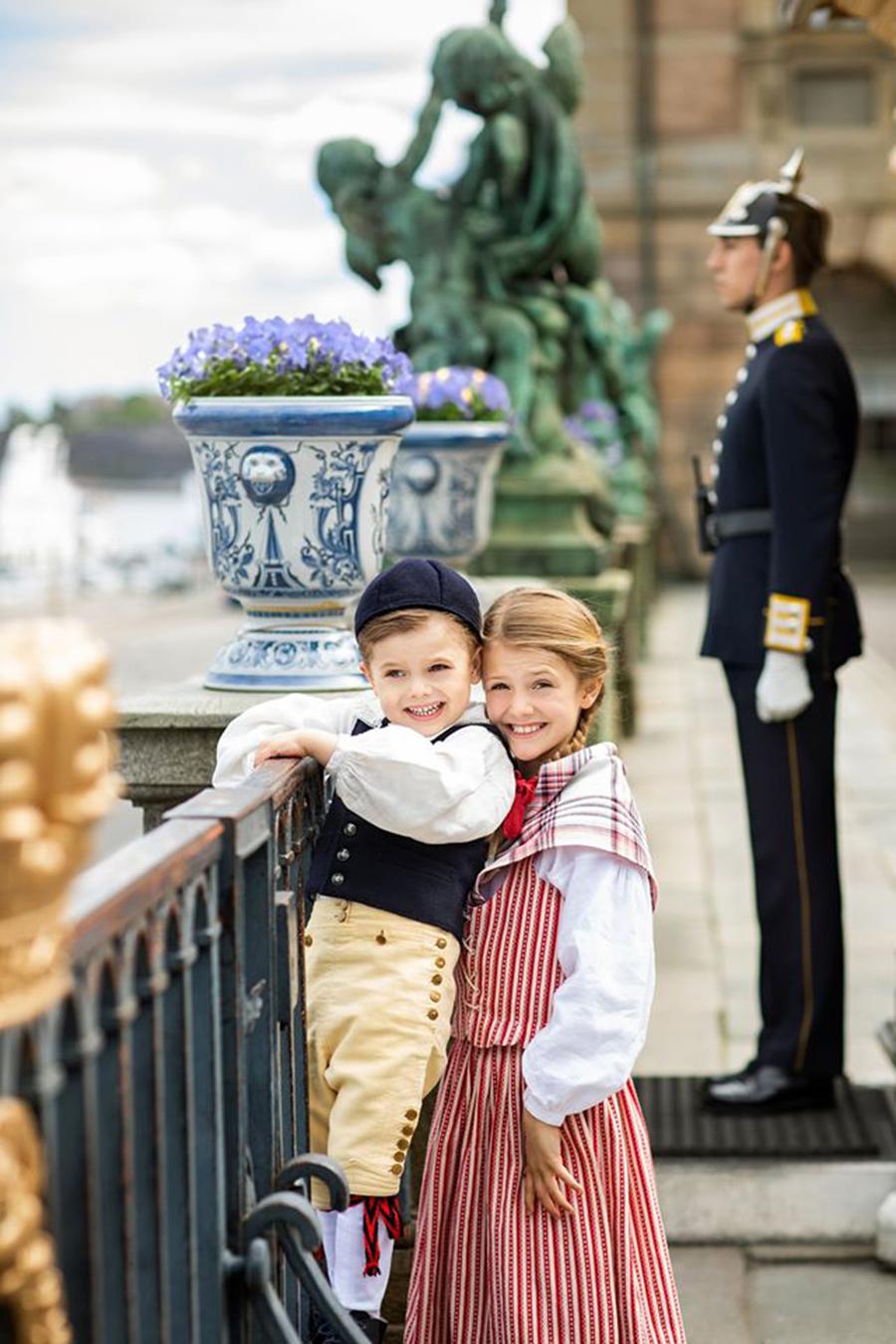 Принцесса Эстель принц Оскар шведская королевская семья дети выросли в национальных костюмах