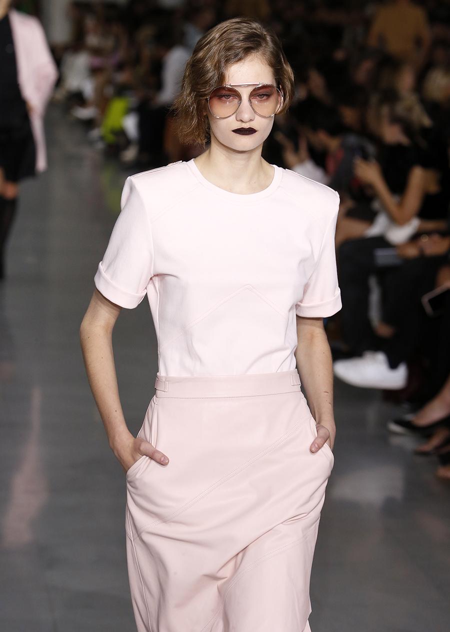 футболка с подплечниками модная тренд 2020