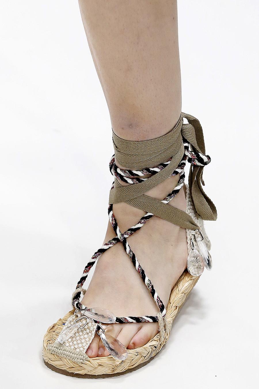 сандалии на низком ходу на веревке тренд лето 2020