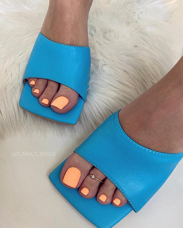 модный оранжевый педикюр лето 2020 женские ступни синие босоножки