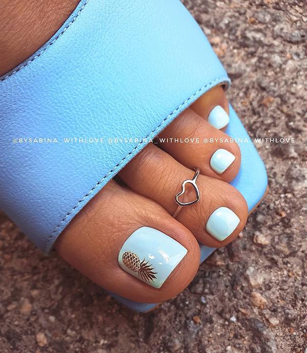 модный педикюр лето 2020 синий лак женские ступни голубые босножки кольцо на палец ноги