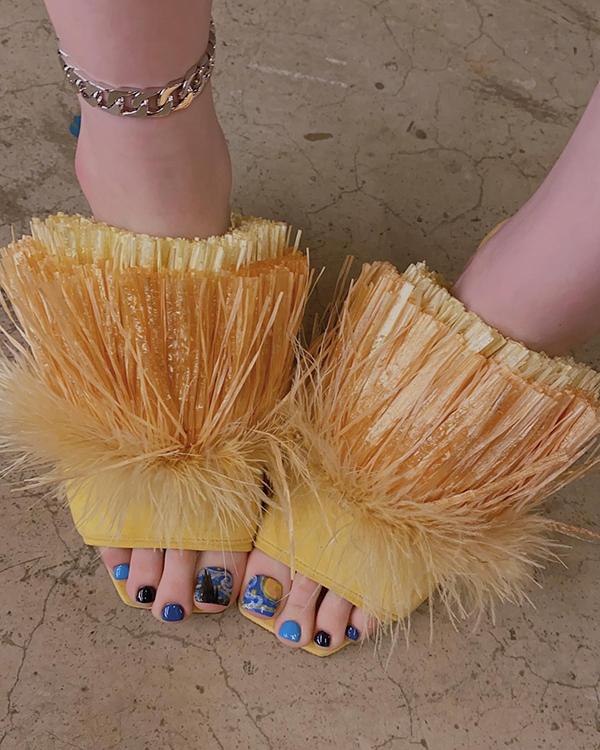 модный педикюр лето 2020 синий лак женские ступни
