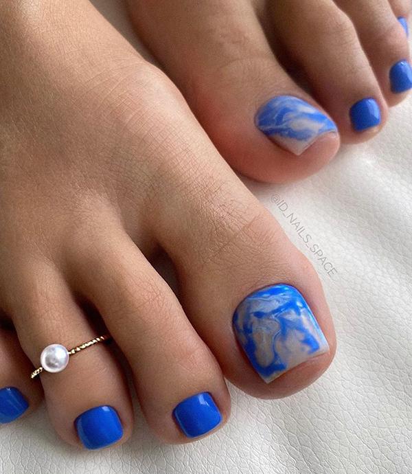 модный педикюр лето 2020 синий лак женские ступни кольцо на палец ноги