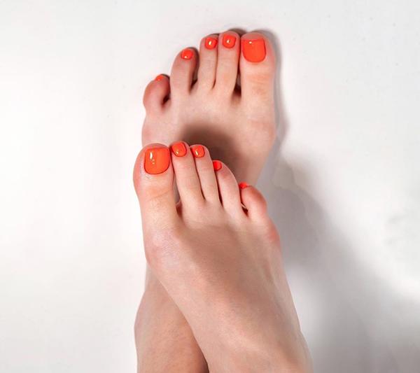 модный оранжевый педикюр лето 2020 женские ступни