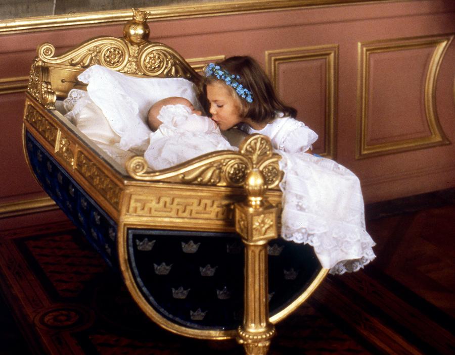 кронпринцесса принцесса Виктория принцесса Мадлен детские фото Швеция королевская семья парадный портрет