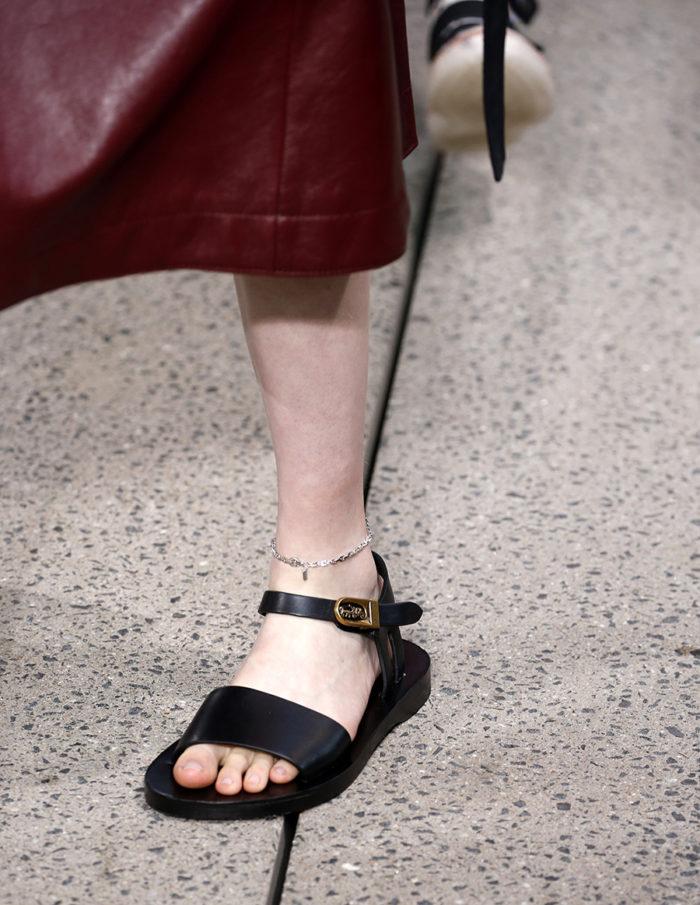 черные сандали на низком ходу ьраслет на щиколотке модные лето 2020