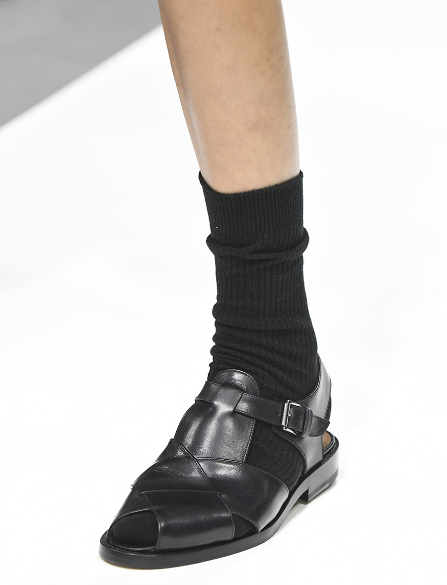 черные сандалии на низком ходу в мужском стиле с носками тренд лето 2020