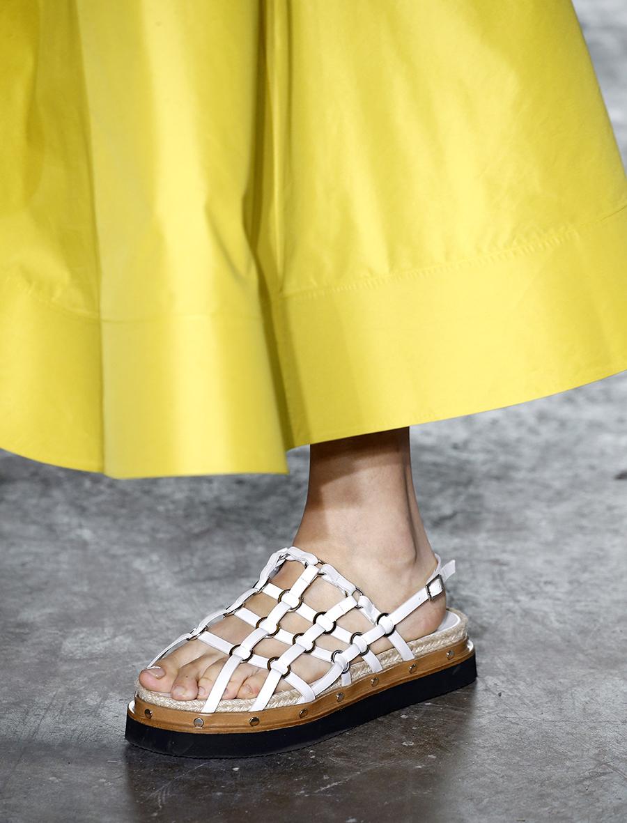 белые сандалии на низком ходу тренд лето 2020