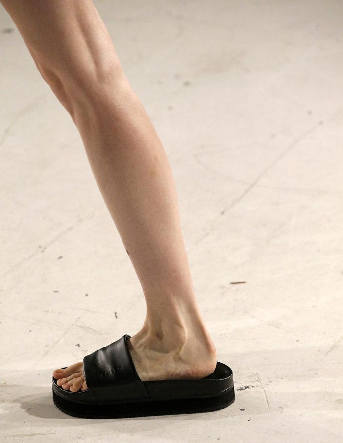 черные простые шлепанцы на низком ходу мода лето 2020