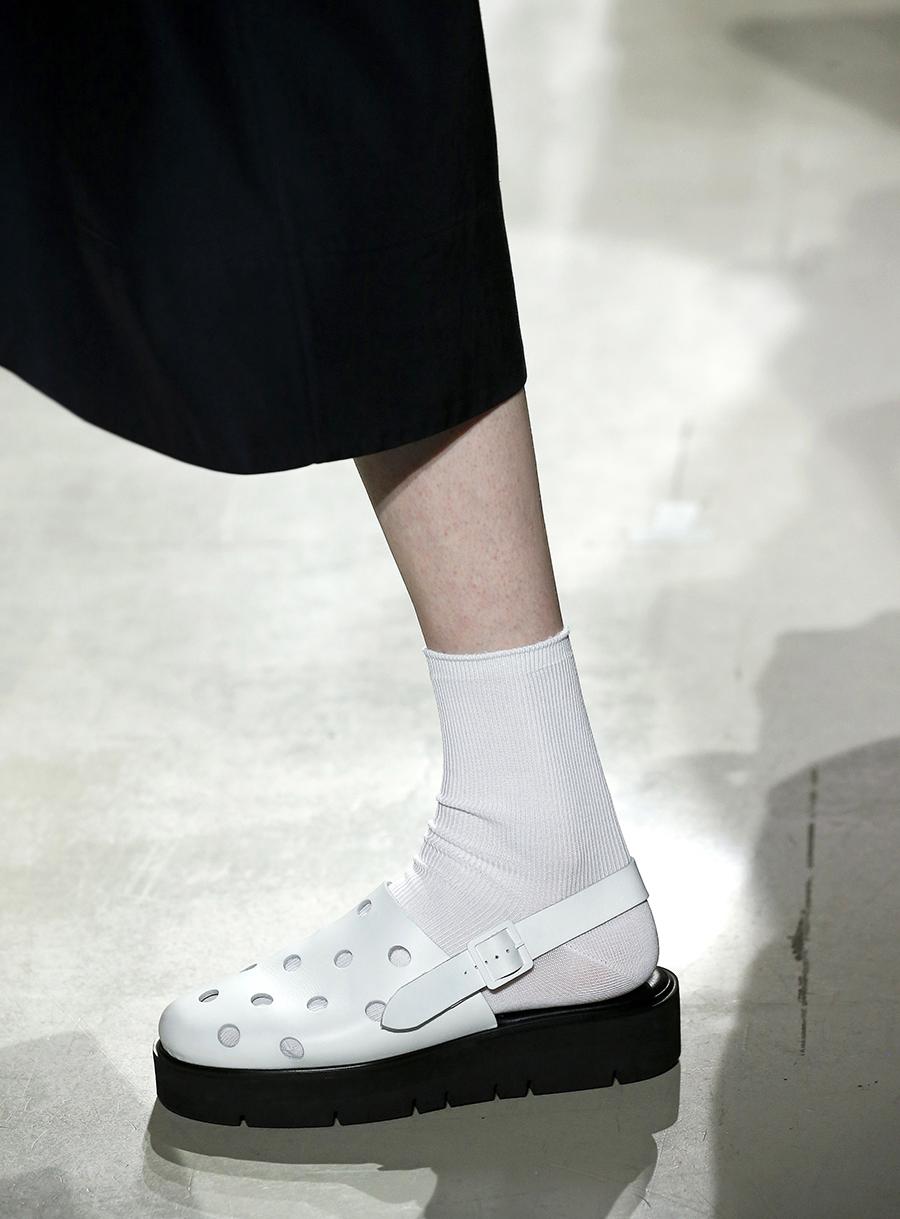белые сандалии на низком ходу в мужском стиле с носками тренд лето 2020