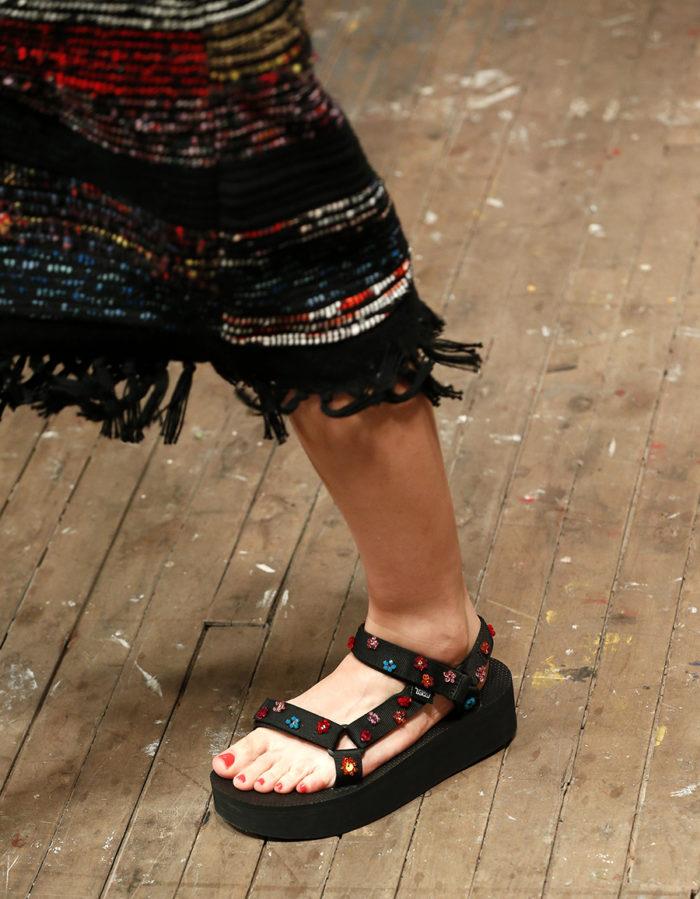 спортивные сандали на липучке на низком ходу мода лето 2020