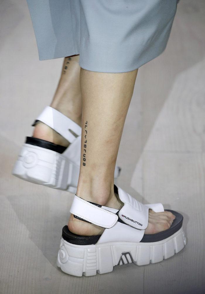белые спортивные сандали на липучке на низком ходу мода лето 2020