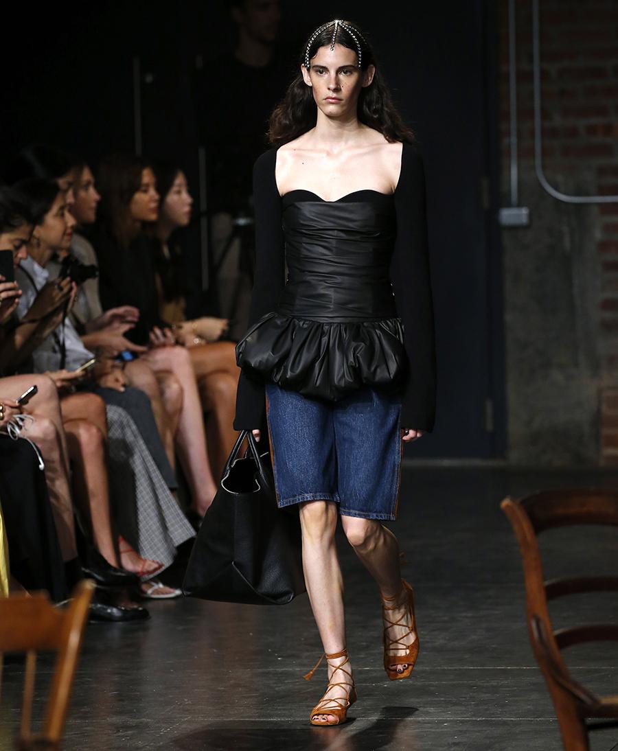модные джинсы бермуды синие до колена лето 2020