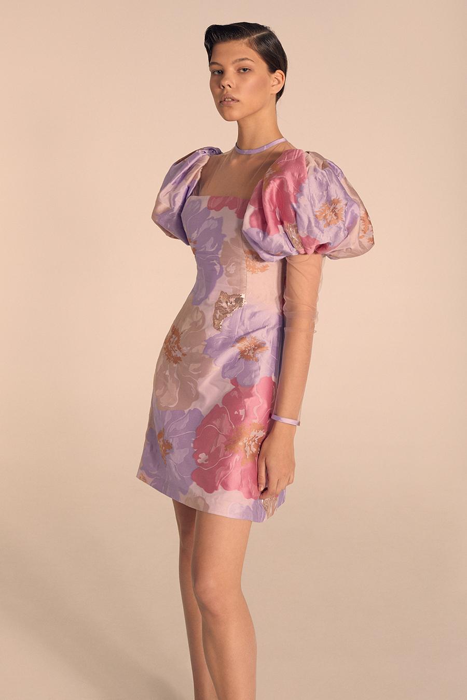 модное плвтье с цветочным принтом в цветах розовый сиреневый лиловый с пышным рукавом лето 2020