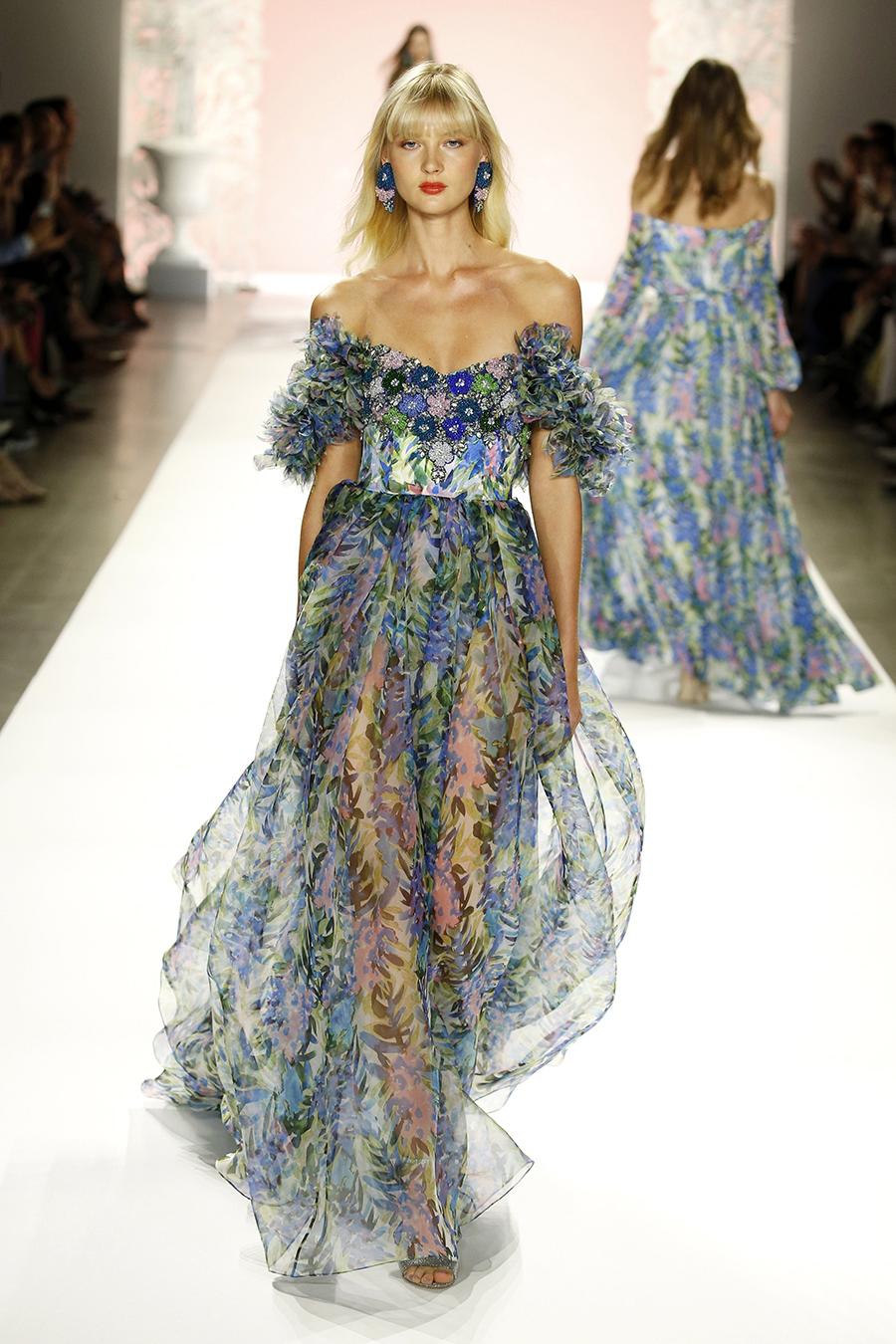модное плвтье с цветочным принтом в цветах с вышивкой голубой с голыми плечами лето 2020