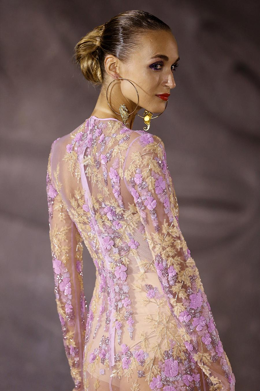модное плвтье с цветочным принтом в цветах с вышивкой розовый сиреневый лиловый сетка с рукавом лето 2020