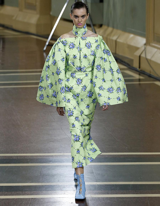 модное плвтье с цветочным принтом в цветах синий зеленый с пышным рукавом лето 2020